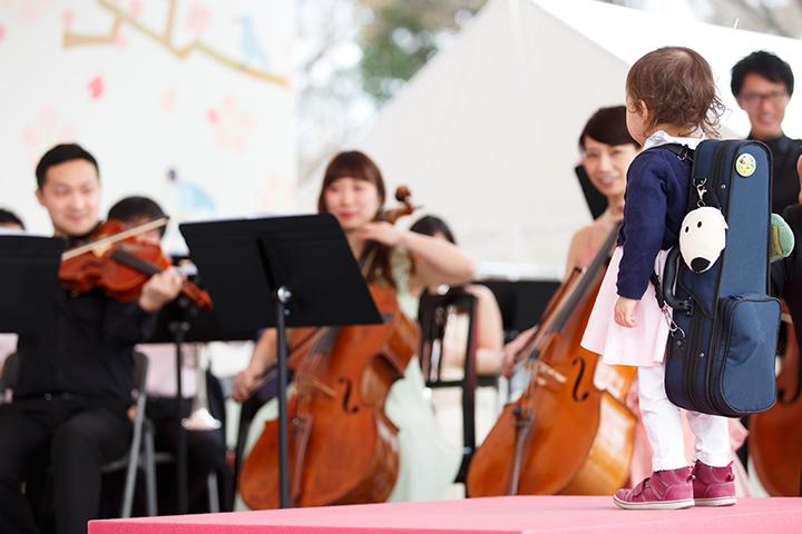 1/10サイズのヴァイオリンを背に堂々たる指揮! 写真提供:東京・春・音楽祭実行委員会/撮影:寺山遊
