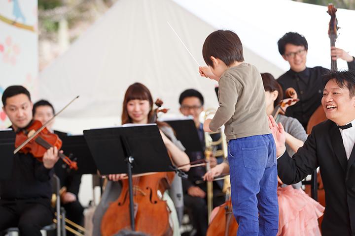 指揮者の奥村伸樹(右)がアドバイス 写真提供:東京・春・音楽祭実行委員会/撮影:寺山遊