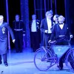"""執事ニェーグシュが乗る自転車は""""ポンテヴェドロ公国公用車""""と書かれたプレートが付いています。 Photo:Photo:Dimo Dimov/Barbara Pálffy/Volksoper Wien"""