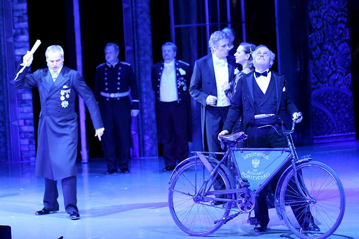 国の一大事に公使ツェータは策をめぐらす Photo:Dimo Dimov / Barbara Palffy / Volksoper Wien