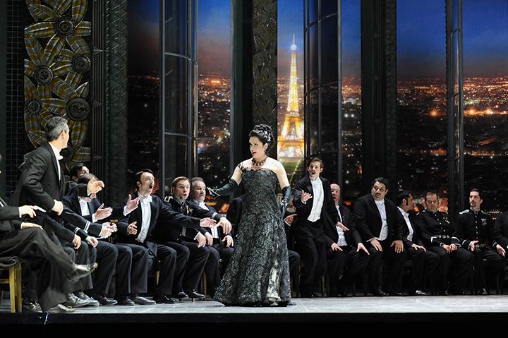「殿方の目当ては財産?」と登場するハンナ Photo:Dimo Dimov / Barbara Palffy / Volksoper Wien