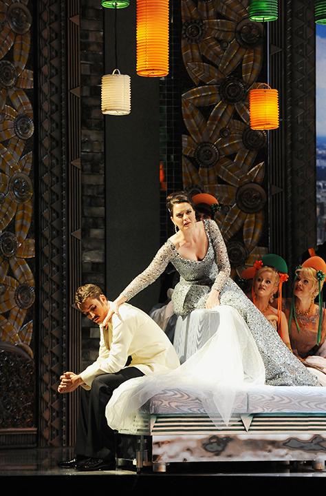 「ヴィリアの歌」の場面 Photo:Dimo Dimov / Barbara Palffy / Volksoper Wien