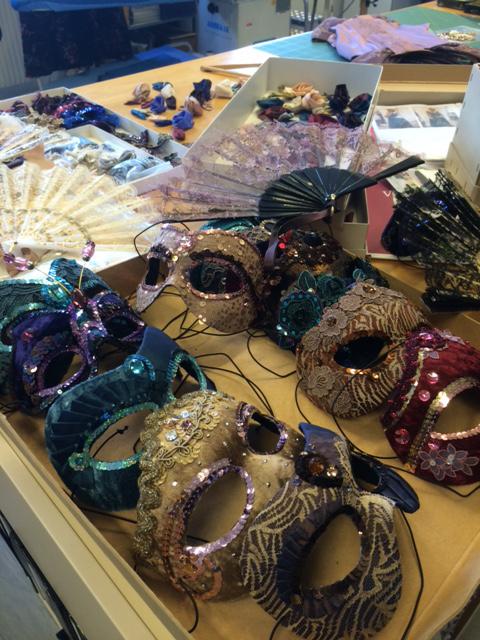 仮面舞踏会で着けられる仮面。趣のある色あいとスパンコールやストーンの飾りで、独特のゴージャス感!