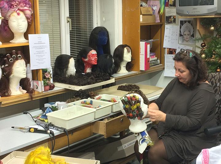 かつらの巻き毛も一つひとつ手作業で整えられる