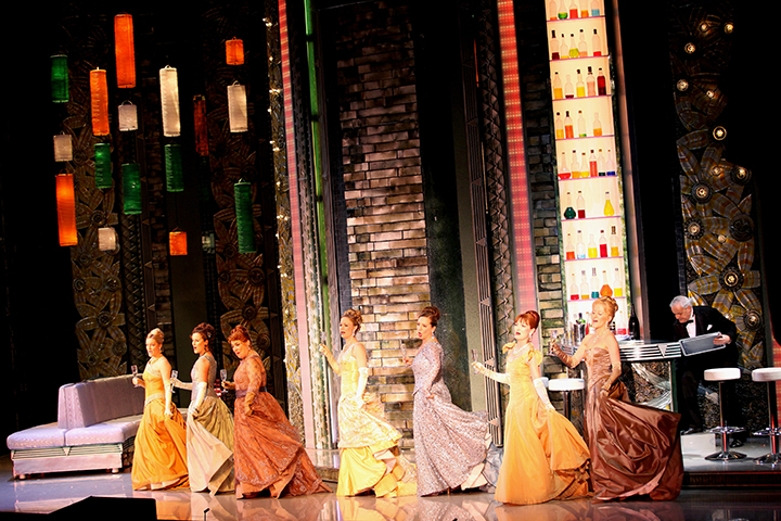 《メリー・ウィドウ》 男たちと同様に、女たちもシャンパンを手に歌い踊る  Photo:Photo: Dimo Dimov / Volksoper