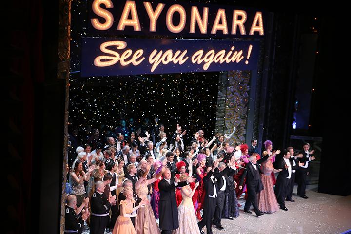 舞い散る紙吹雪のなかで、満面の笑みとともに客席に手を振る出演者たち