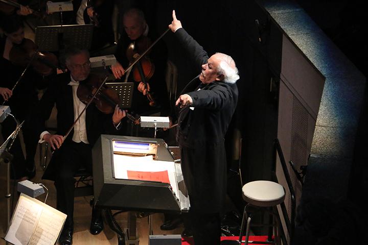"""《メリー・ウィドウ》では、マイヤー総裁扮するニェーグシュがオーケストラ・ピットで振るのは""""お約束"""""""