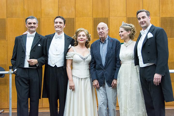 左から)フェリ・フォン・ケレケス(フェリ・バチ):アクセル・ヘッリク、ボニ・カンチャヌ伯爵:マルコ・ディ・サピア、シルヴァ・ヴァレスク:アンドレア・ロスト、ルドルフ・ビーブル、アナスタシア(シュタージ):ベアーテ・リッター、エドウィン・ロナルト:カルステン・ズュース