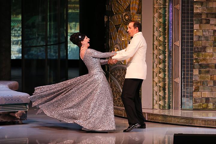 互いの心を通わせたハンナ(ウルズラ・プフィッツナー)とダニロ(マティアス・ハウスマン)は、二人の祖国の踊り「コロ」を踊る Photo:Kiyonori Hasegawa