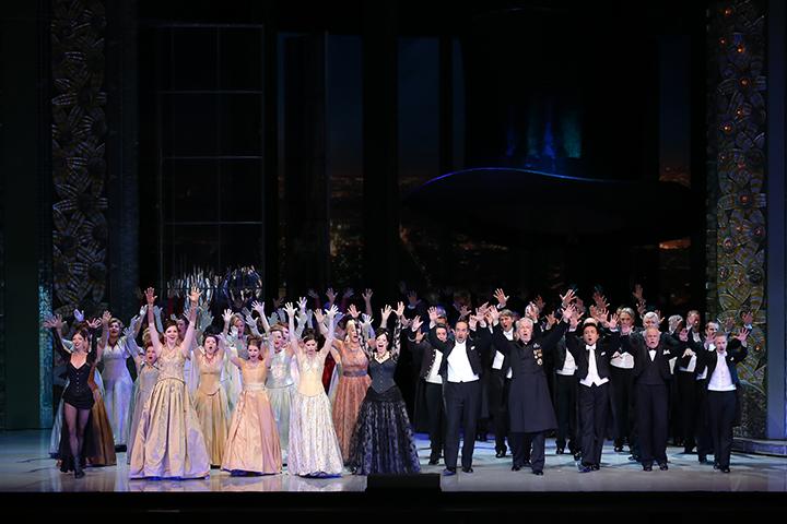 全員総出、ノリノリで「女、女、女のマーチ」が歌い踊られるフィナーレ Photo:Kiyonori Hasegawa