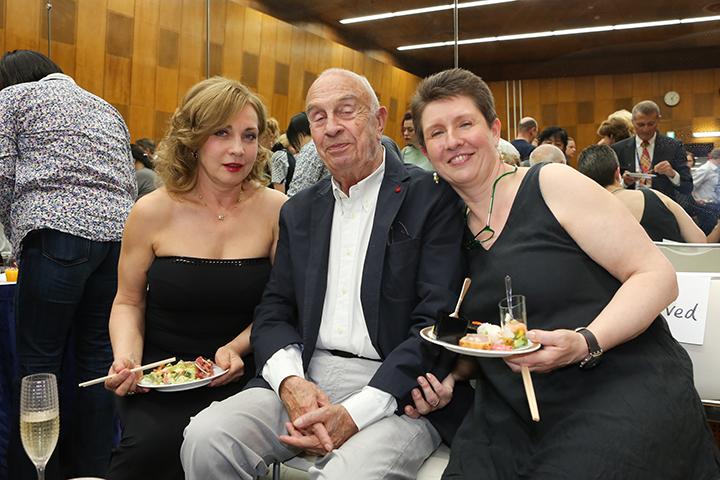 終演後のパーティで。 左からアンドレア・ロスト、ルドルフ・ビーブル、舞台監督のカーリン・シュイノル=コルベイ Photo:Kiyonori Hasegawa