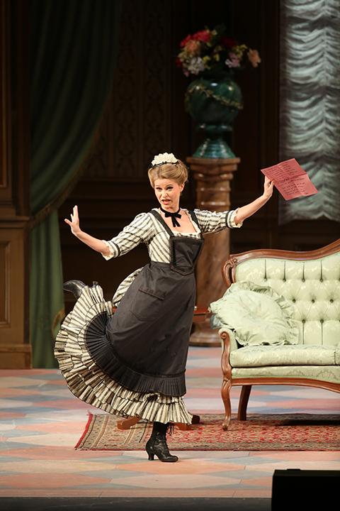 お茶目な召使アデーレを演じるベアーテ・リッター。 演技力も抜群な彼女は幕開きでグッ!と観客の心を掴みます Photo:Kiyonori Hasegawa