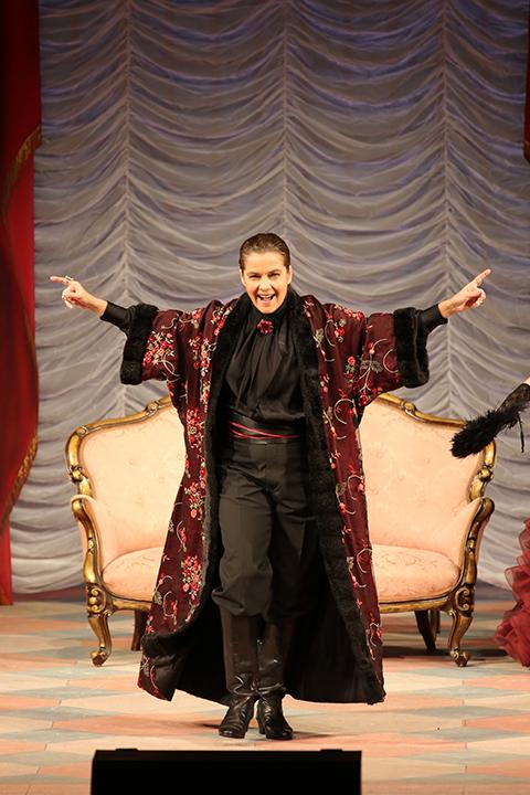 アンゲリカ・キルヒシュラーガーの高貴さをもった艶やかな声はオルロフスキー公爵にぴったり! Photo:Kiyonori Hasegawa