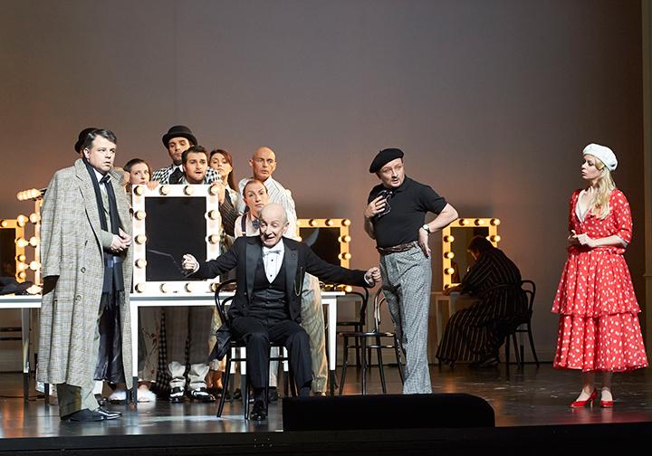 反目する二つのグループの間に立つ執事長(マティッチ) (ウィーン国立歌劇場公演より) Photo:Wiener Staatsoper_Michael Poehn