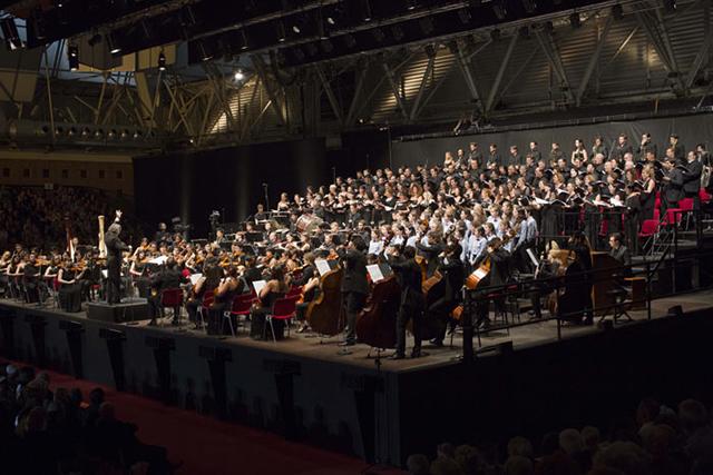 日本とイタリアの国交樹立150年記念コンサート。舞台上には日本の若手トップ奏者とケルビーニ管との合同オーケストラ約90名、合唱150名、児童合唱40名が並んだ。 Photo by Silvia Lelli