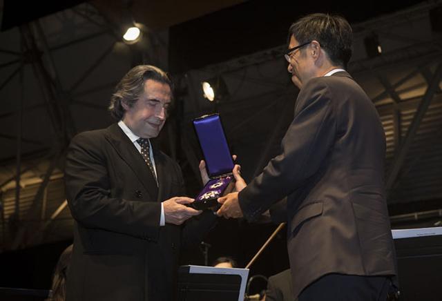 在イタリア日本国大使館の梅本和義全権大使より、勲章を受け取るマエストロ。 Photo by Silvia Lelli
