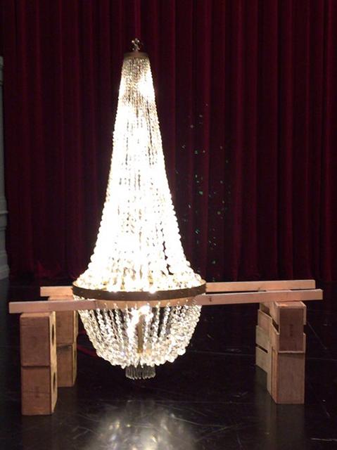 吊り上げる前の点灯チェック! まばゆいばかりの輝きを放つスワロフスキー製のシャンデリア