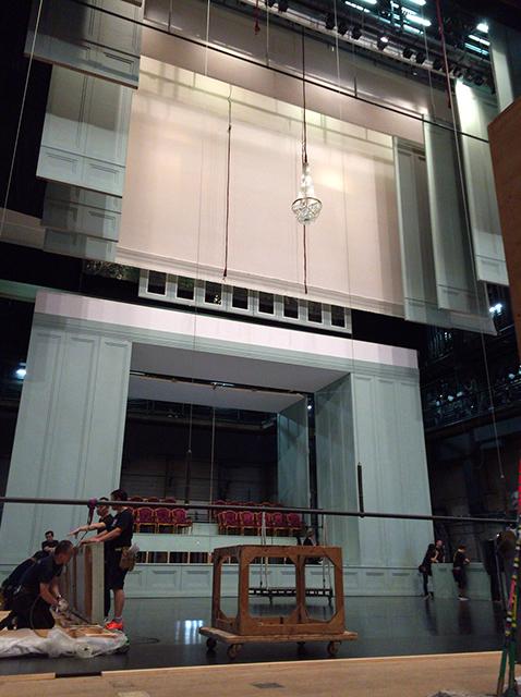 """見上げるとそこには""""窓枠""""や""""壁""""が・・・。まずは「オペラ」の客席がセットされました"""