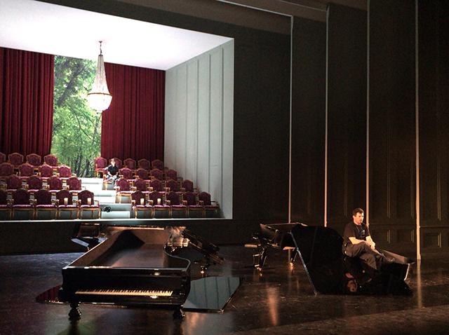 「オペラ」の舞台装置セッティング。シャンデリアが降りる前の照明チェック中