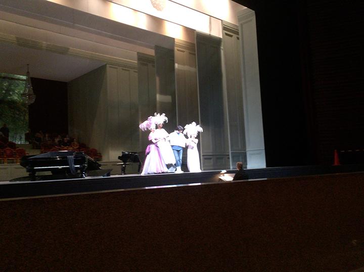 3人の妖精は衣裳を着けて。中央はアリアドネ役のバークミン。