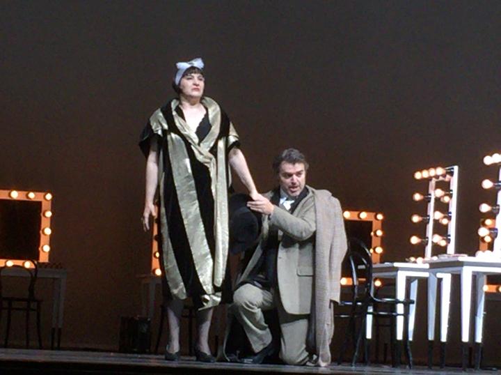 アリアドネ役のバークミンと、憤るプリマドンナを宥める音楽教師役のマルクス・アイヒェ