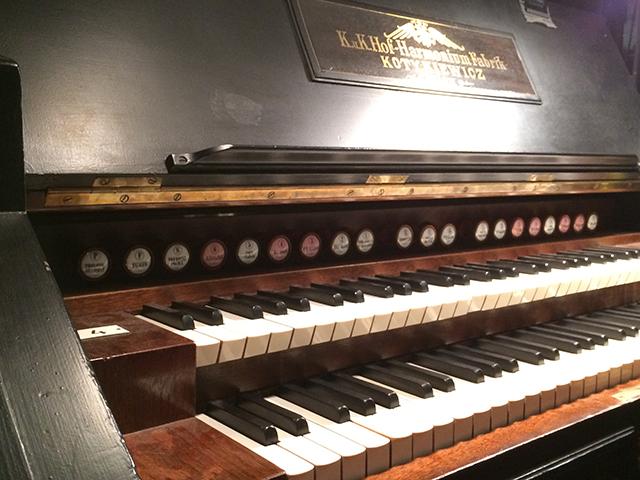 譜面台と鍵盤の間に並ぶのがストップ