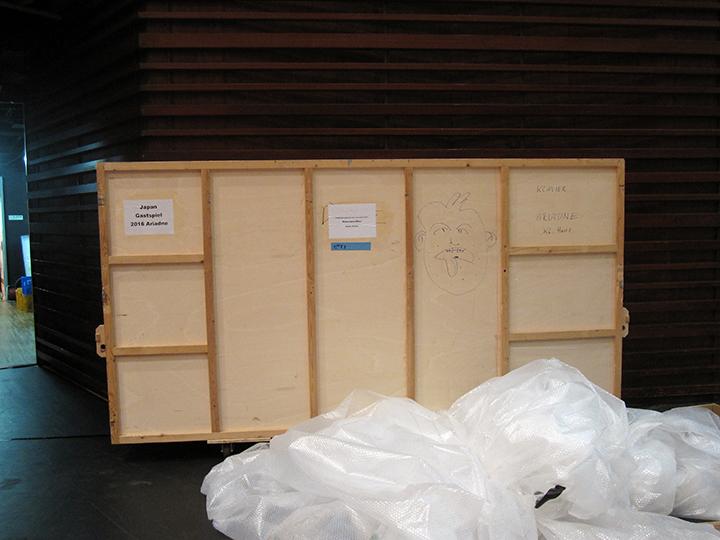 「オペラ」で使われるグランドピアノが入っている木箱。横は3メートル余あります。