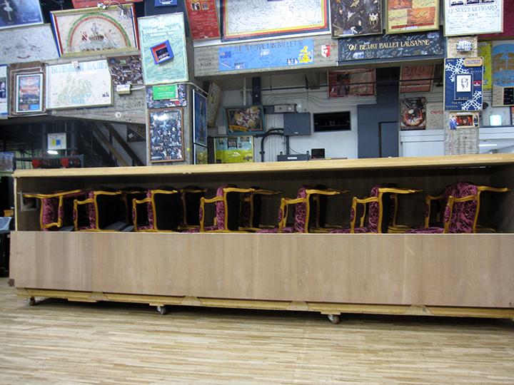 「オペラ」で、後方の客席に置かれる椅子。専用の木箱なので、緩衝材が一切入っていません。プロダクションごとに装置や小道具の箱も専用のものがつくられるそうです。