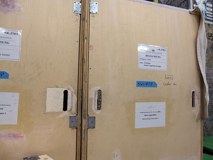 シャンデリアが2基入れられた大型の木箱