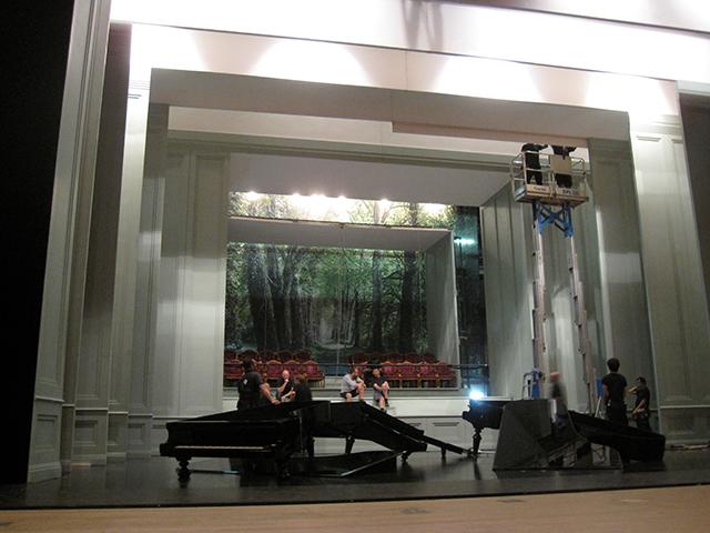 """順々に""""壁""""を降ろし、舞台にはグランドピアノが2台も!"""
