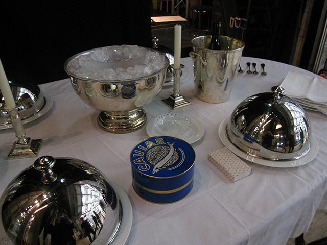 テーブルに並ぶ銀食器とキャビアの缶。 「プロローグ」で執事長がポケットからスプーンを出してお味見しちゃうキャビアですね
