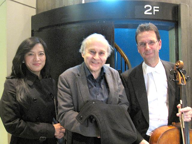 終演後、左よりヒョナ・コ、マエストロ・アダム・フィッシャー、チェリストのタマシュ・ヴァルガ