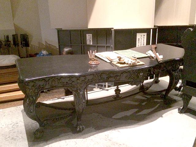 幅2メートルほどもある伯爵の机
