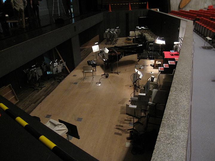 オケピットは一番低く下げられ、舞台下にまで拡げられる