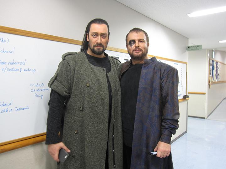 フンディング役のアイン・アンガー(左)とヴォータン役のトマス・コニエチュニー