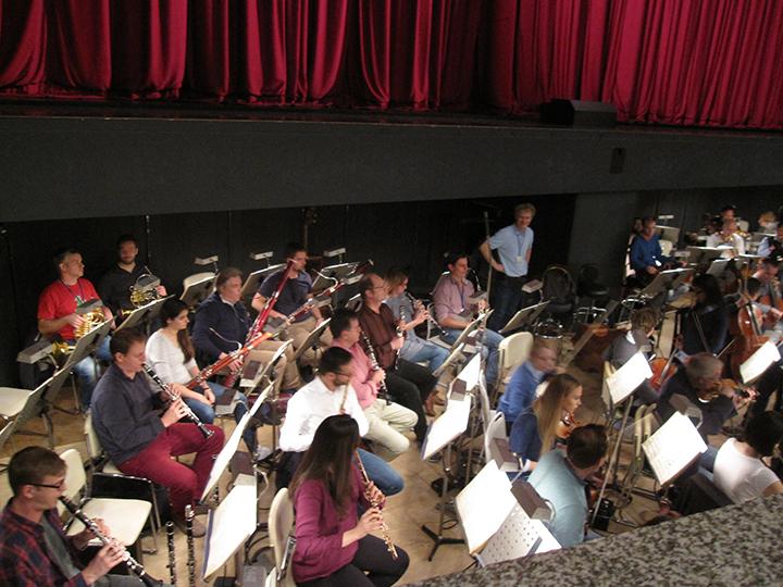 100人を越える奏者のため、オーケストラ・ピットは舞台下まで拡張。それでもびっしり!(最終稽古時の撮影から)