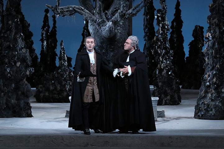 こちらも通常はカットされることが多い第4幕のバジリオの「ロバの皮のアリア」。マッテオ・ファルシエール演じるバジリオ(左)が好演 Photo:Kiyonori Hasegawa