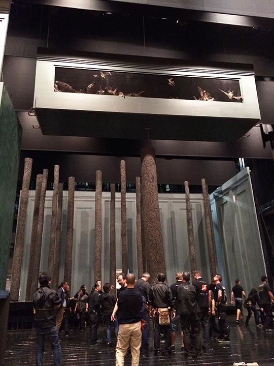 舞台上に立ち上がったトネリコの木