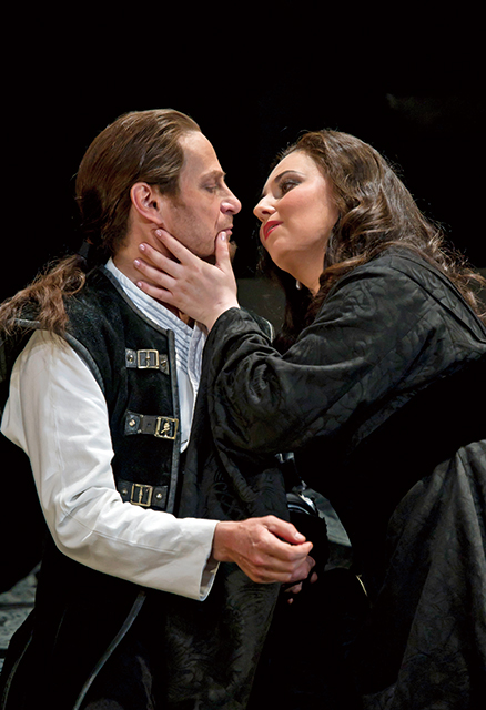 KEENLYSIDE AS MACBETH, MONASTYRSKA AS LADY MACBETH  (C)ROH/Clive Barda, 2011