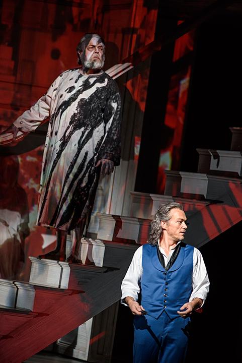 たった一人で騎士長の亡霊と対峙するドン・ジョヴァンニ (写真は6月12日、ロンドンでの公演より) Photo:ROH / BILL COOPER