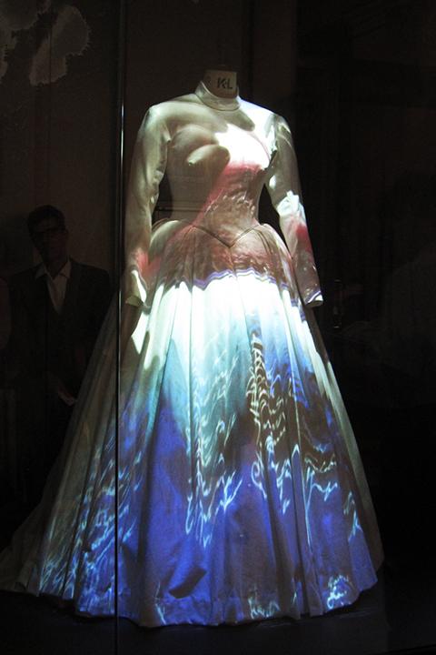 真っ白なツェルリーナの衣裳は照明によって色や模様が変わる