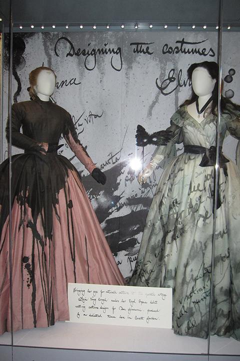 ドンナ・アンナ(左)とドンナ・エルヴィーラ(右)の衣裳