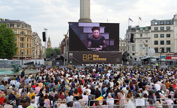 """ネルソン提督記念碑の""""足元""""に大型スクリーンが設置された Photo:Elliott Franks"""
