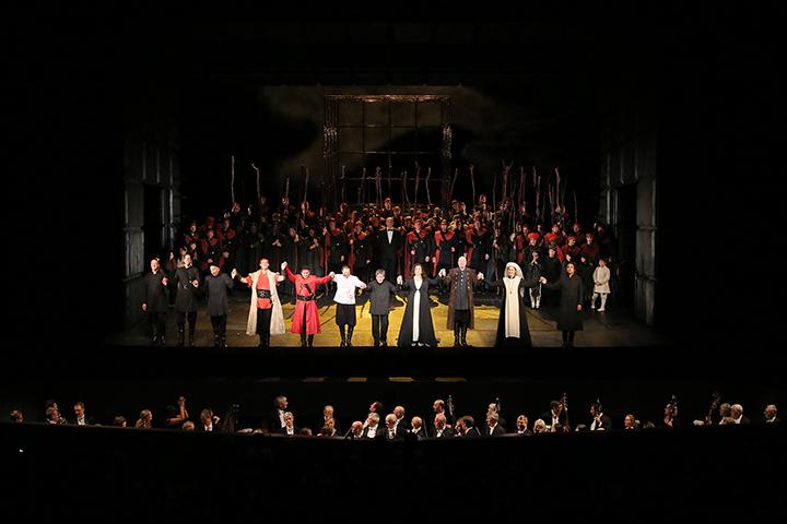 たくさんのブラボー!の声を浴びる出演者たち     Photo:Kiyonori Hasegawa