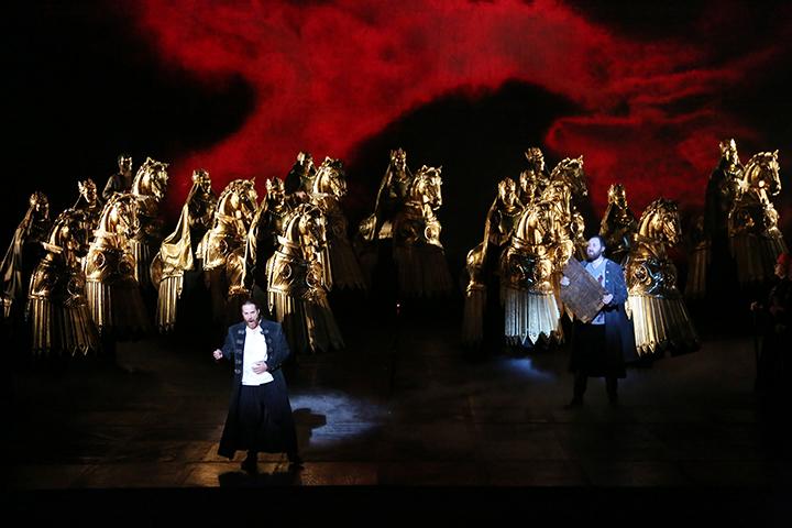 超自然な現象を表す美しい舞台美術  Photo:Kiyonori Hasegawa