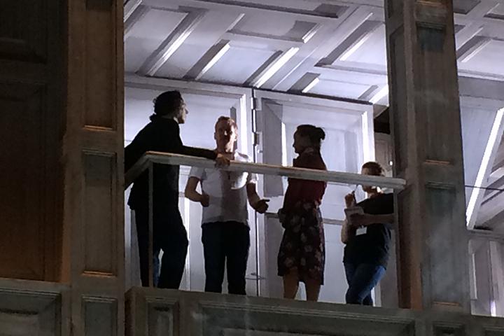 歌手たちに稽古をつける演出のカスパー・ホルテン 左から、ドン・ジョヴァンニ役のイルデブランド・ダルカンジェロ、カスパー・ホルテン、ツェルリーナ役のユリア・レージネヴァ
