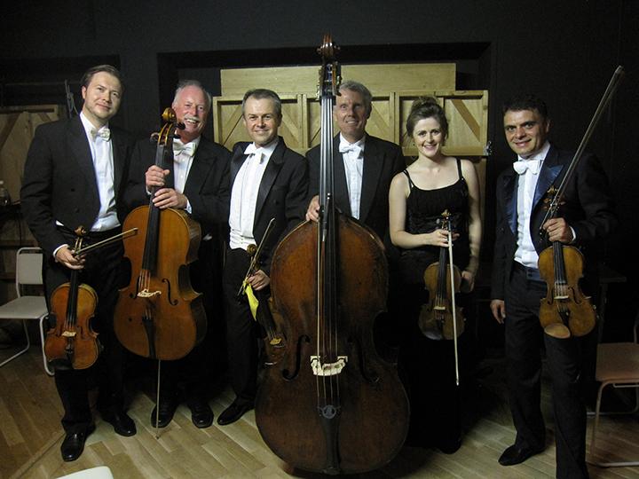 右から、ヴァスコ・ヴァシレフ(Vn)、アンナ・ブラックマー(Vn)、トニー・ホッフム(Cb)、アンドリー・ヴィトヴィッチ(Va)、クリストファー・ヴァンダースパー(Vc)コンスタンティン・ボヤルスキー(Va)
