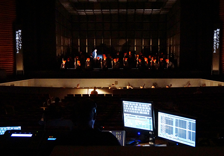 このプロダクションで、特徴的な存在を示す魔女たちの元をマクベスが訪れる場面。 手前に写っているのは照明や装置関係をコントロールするテクニカル・スタッフのコンピュータ画面。     Photo:Kiyonori Hasegawa