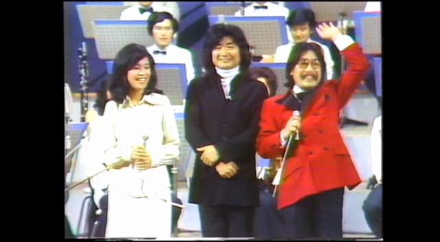 左から)うつみ宮土理 初代アシスタント、小澤征爾、山本直純。TV『オーケストラがやってきた』(TBS系列局・テレビマンユニオンとTBSの共同製作)から