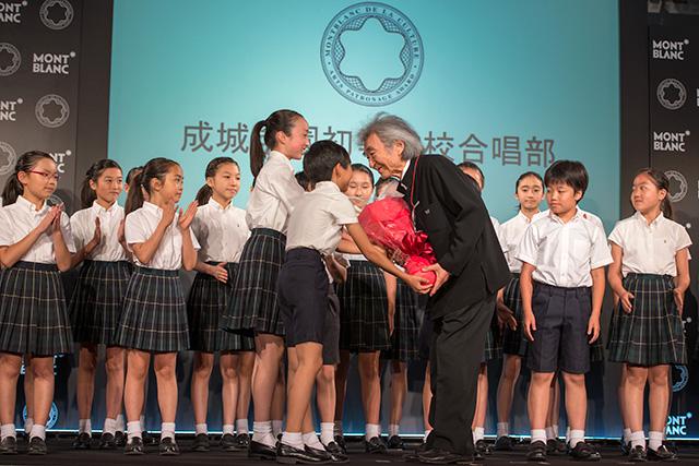 成城学園初等学校合唱部の子どもたちから花束贈呈
